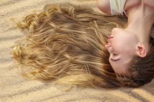 Jak chronić włosy przed słońcem? Praktyczne porady