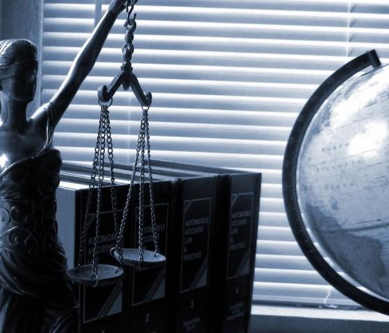 Uczelnia Łazarskiego otwiera nowy kierunek studiów podyplomowych - Prawo dla nieprawników